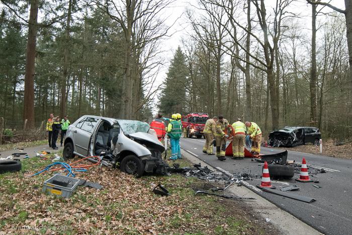 NUNSPEET - Op de Elspeterweg (N310) is woensdagmiddag rond 17.00 uur een ernstig ongeval gebeurd ter hoogte van camping De Tol. Bij het ongeval waren drie auto's betrokken.Vermoedelijk reed een van de auto's op de verkeerde weghelft en kwam frontaal in botsing met een tegenligger. Een van de slachtoffers zat bekneld en moest door de brandweer worden bevrijd. Er was ook een traumahelikopter opgeroepen. Vanwege het ongeval was de weg in beide richtingen dicht tussen de toerit naar de A28 en de kruising ter hoogte van Vierhouten. De Verkeersongevallenanalyse (VOA) heeft onderzoek naar de oorzaak van de aanrijding gedaan. NOVUM COPYRIGHT BRAMVANDEBIEZEN.