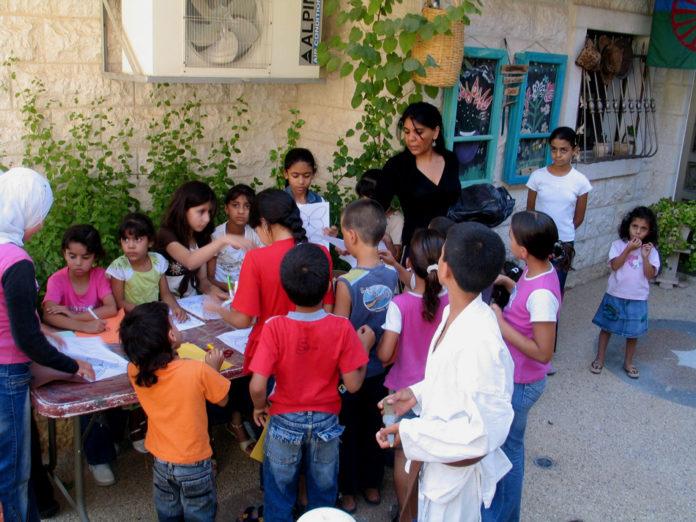 Amoun met groep kinderen.