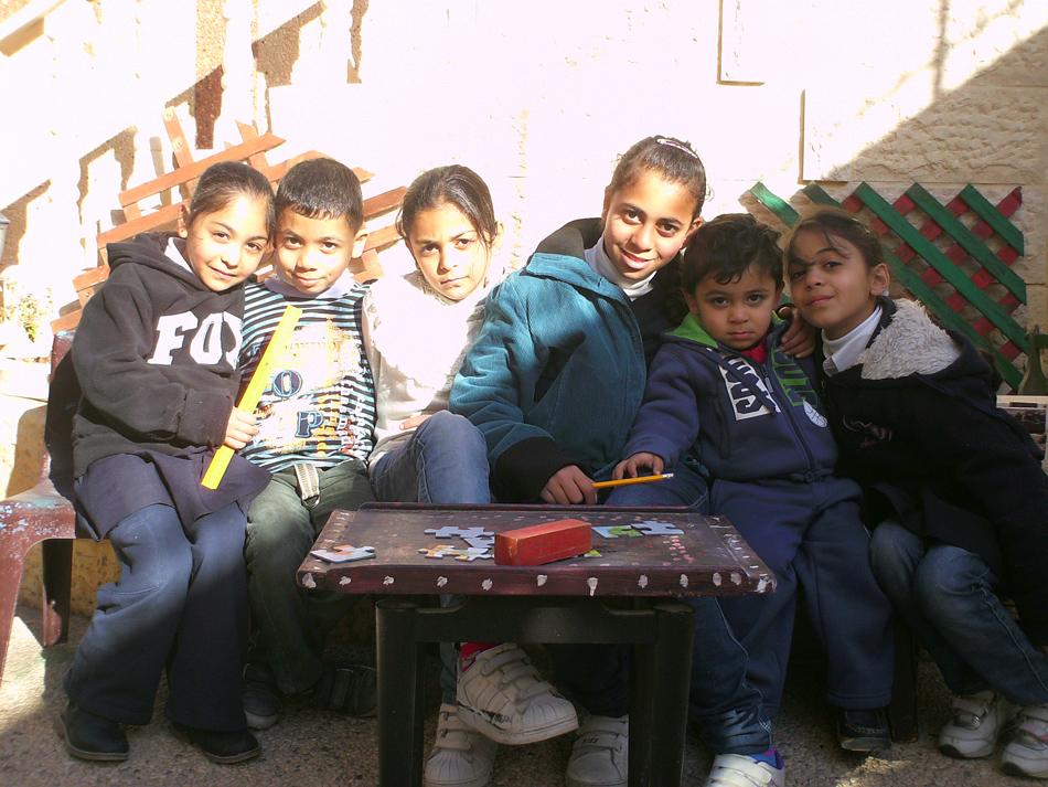Groepje kinderen, na schooltijd.